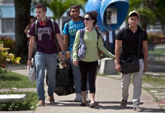 En-esta-foto-del-11-de-julio-de-2014-estudiantes-cubanos-salen-de-la-Universidad-Central-580x396