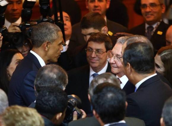Raúl-y-Obama-saludo-en-Panamá-4Foto-AFP-580x424