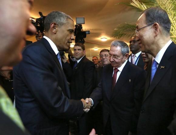 Raúl-y-Obama-saludo-en-Panamá-Foto-AFP-580x446