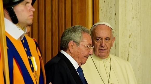 Raúl-y-el-Papa-Foto-AFP-580x326