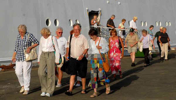 Turistas-llegan-a-La-Habana